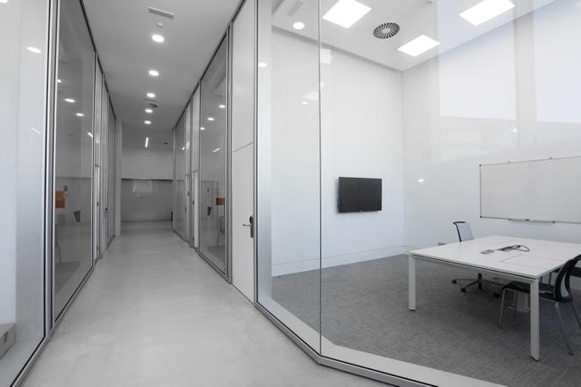 Fabricación de mamparas personalizadas en diferentes materiales como vidrio, aluminio o madera