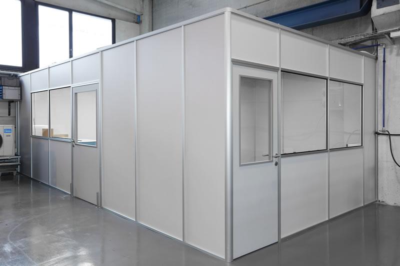 Realizamos el montaje a medida de oficinas y espacios de trabajo, instalamos cabinas sanitarias y cabinas de metrología