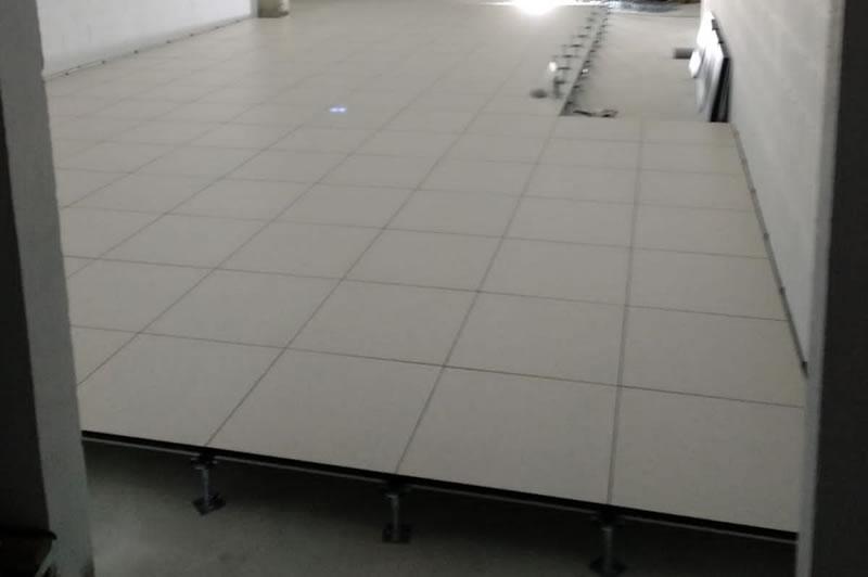 En la instalación de suelo técnico realizamos la instalación eléctrica, te ofrecemos diferentes revestimientos: metálico, PVC, estratificado,